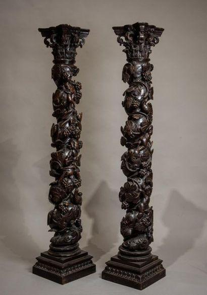 PAIRE de COLONNES torses sculptées de pampres...