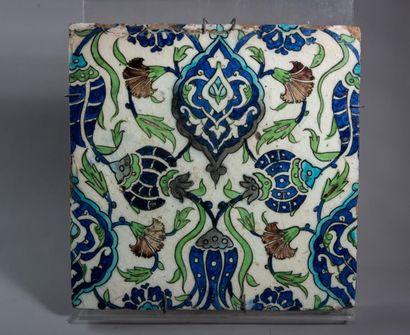 [ORIENT] CARREAU de revêtement en céramique à décor polychrome de fleurs et médaillons...