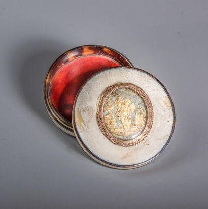 BOITE ronde en écaille et ivoire ornée d'un...