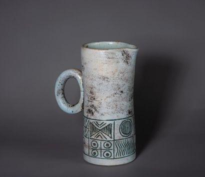 Jacques BLIN (1920-1995) Pichet verseur en céramique à une anse et orné d'un décor...