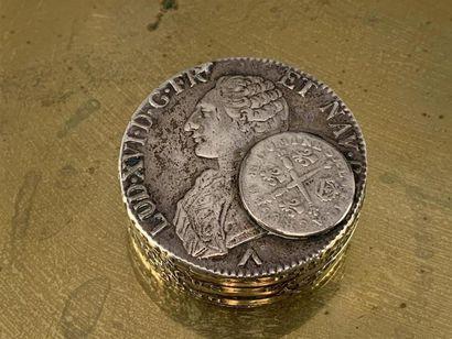 BOITE en argent composée de pièces anciennes...