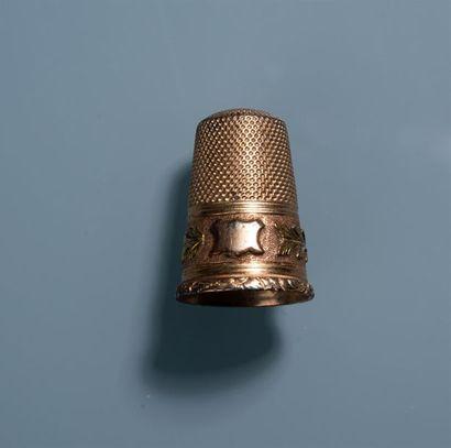DE A COUDRE en or à décor d'une guirlande...