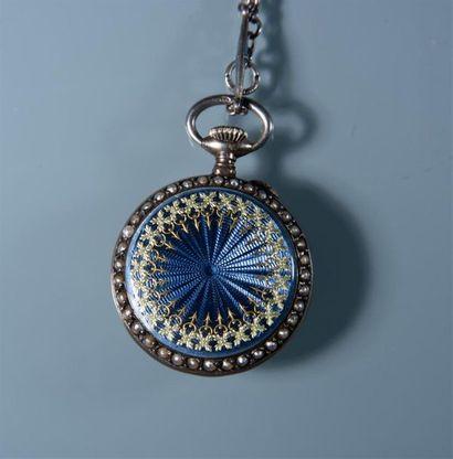 MONTRE DE COL en argent entourée de petites perles , dos guilloché et émaillé Et...