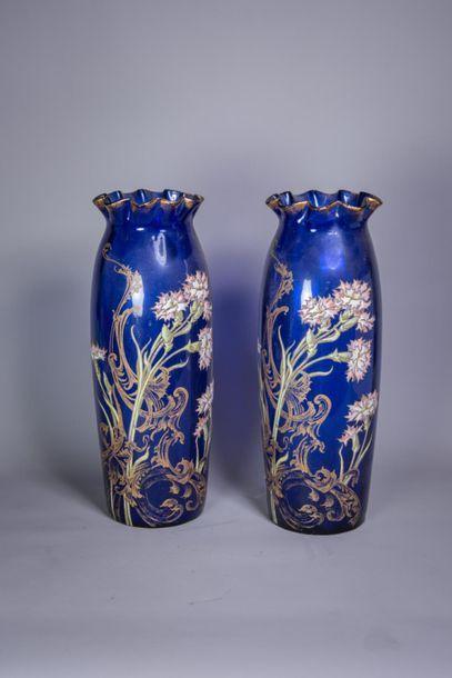 PAIRE DE VASES à décor floral émaillé sur verre bleu et dorure. Circa 1900. H :...