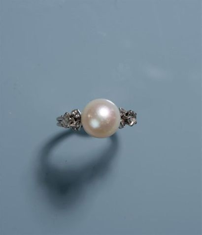 BAGUE en or blanc ornée d'une perle de culture...