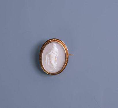 BROCHE CAMEE à décor d'une femme à l'antique...