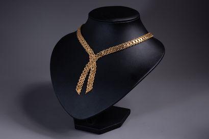 COLLIER en or 18 ct formé de deux rubans à mailles fantaisies plates se croisant....