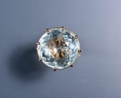14 ct gold ring set with a large round aquamarine. PB: 8,1 g