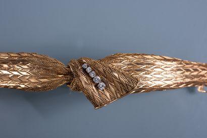 JOLI BRACELET SOUPLE en forme de ruban noué en or 18 ct à mailles chevrons agrémenté...
