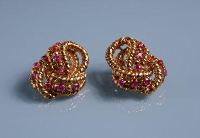 PAIRE DE CLIPS D OREILLES à enroulement en or 18 ct sertis de neuf petits rubis...