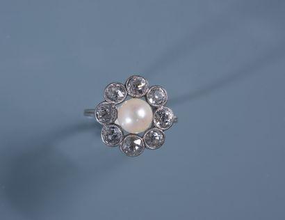 BAGUE MARGUERITE en platine ornée d'une perle...