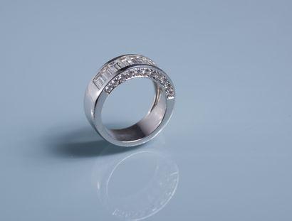 LARGE DEMI ALLIANCE en or blanc sertie se dix diamants baguettes encadrés d'une...