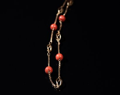 NECKLACE in 18 ct gold with coral pearls alternated with oval openwork gold links....