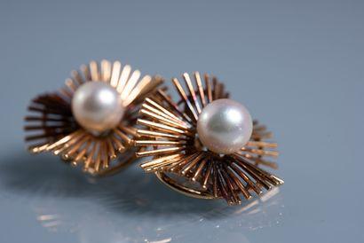 PAIRE DE CLIPS D OREILLES en forme de fleurs rayonnantes ornée d 'une perle de culture...