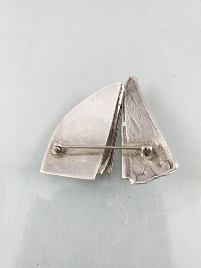 Silver and 14ct gold brooch representing stylized sails. English work. PB: 14,1...