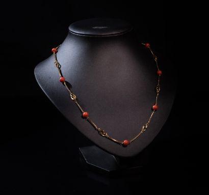 COLLIER en or 18 ct orné de perles de corail...
