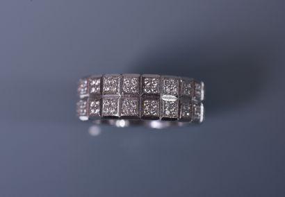 LARGE ALLIANCE AMERICAINE compartimentée sur or blanc 18 ct, sertie de petits brillants...