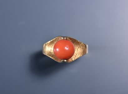 BAGUE en or 18 ct ornée d'une perle de corail...