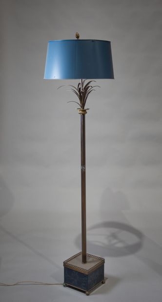 LAMPADAIRE en métal et tôle patinée affectant...