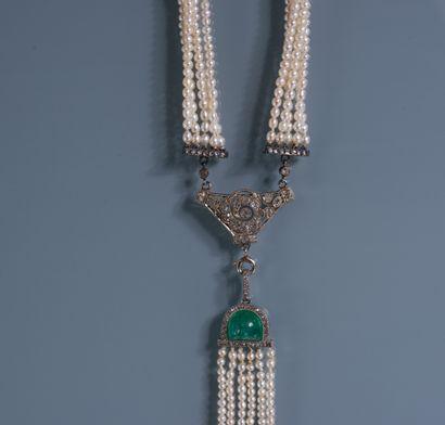 IMPORTANT COLLIER de 5 rangs de petites perles reliés par un motif à décor floral...