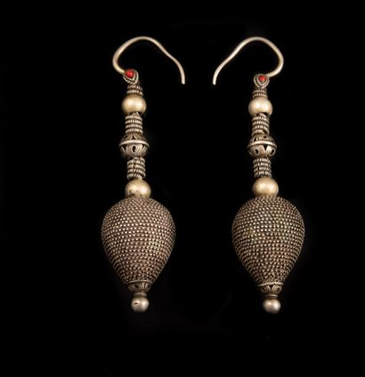 PAIRE de BOUCLES d'OREILLES tribales en métal...