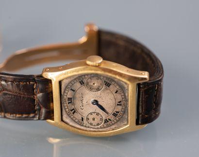 CARTIER. Montre bracelet modèle tortue. Boitier et boucle en or jaune 18 ct.  Cadran...