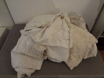 Lot de textiles divers : dentelles, linges,...