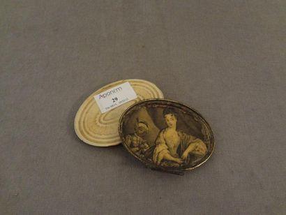 Boite ovale en ivoire et monture en métal,...