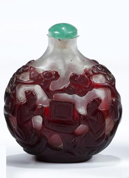 TABATIERE en verre rouge et blanche à décor...