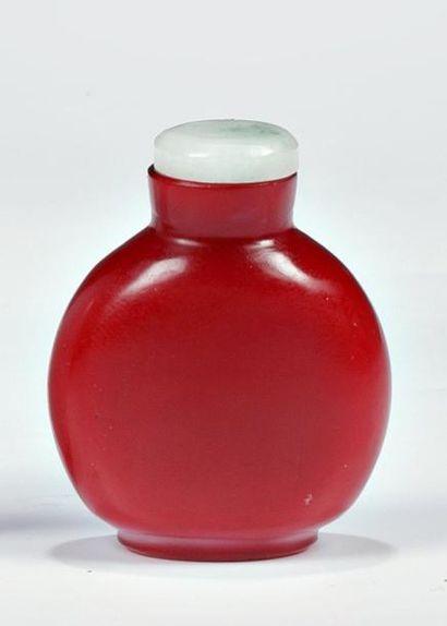 TABATIERE en verre rouge, H: 5 cm (bouch...