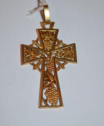 CROIX en or ajourée à décor de pampres de...