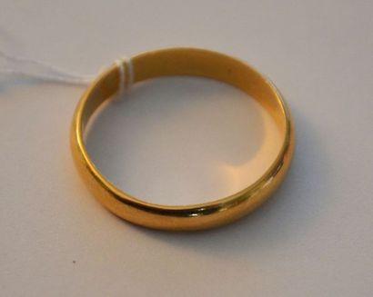CINQ ALLIANCES en or, dont une coupée. P:...