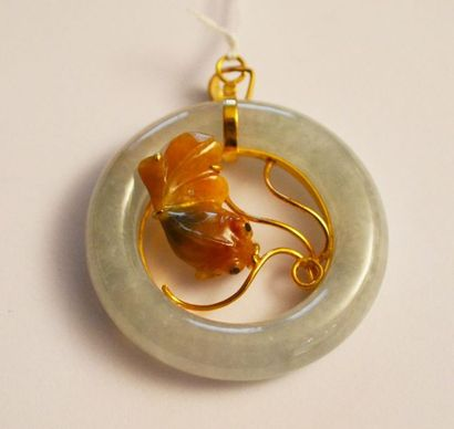 PENDENTIF anneau en jadeite et poisson en...