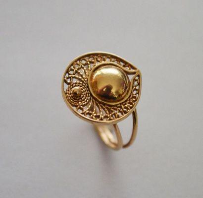 BAGUE en or ornée d'une boule surmontée d'or...