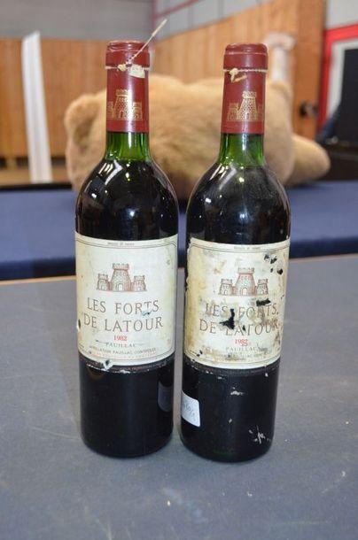 FORTS DE LATOUR, 2 bouteilles, 1982 (une...