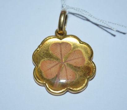 PENDENTIF trèfle en or contenant un trèfle...
