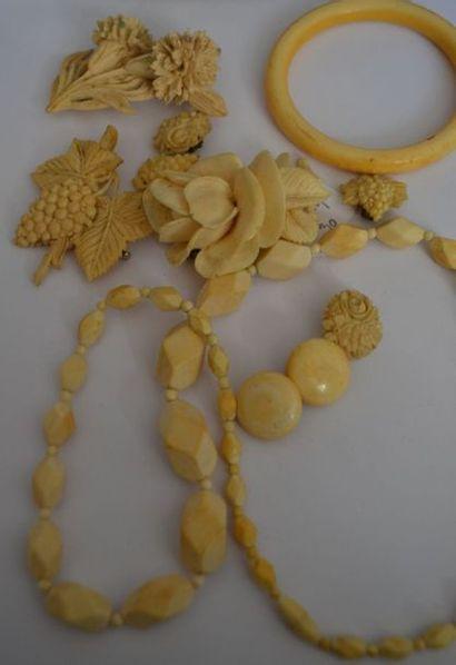 LOT DE BIJOUX en ivoire et imitation