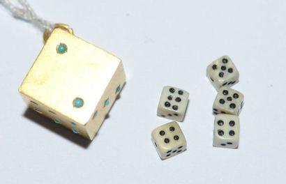 1 PENDENTIF dé en or 14 cts orné de petites...