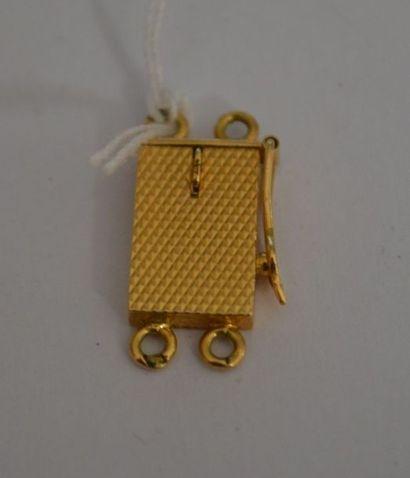 FERMOIR en or guilloché. P : 1,5 g. En R...