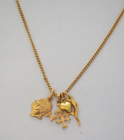 CHAINE en or ornée de trois pendentifs