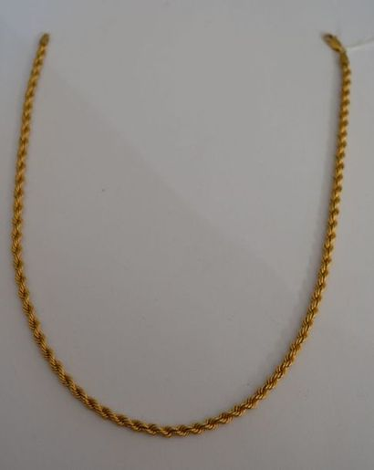 COLLIER torsadé en or jaune. P : 6,4 g
