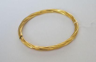 BRACELET jonc strié en or. En R. P: 14,2...