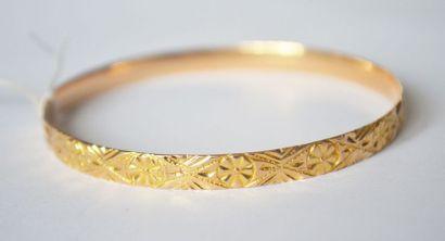 BRACELET souple en or à décor central d'un...
