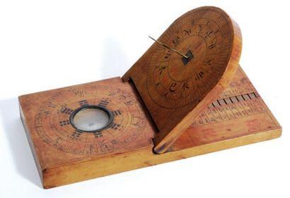 Cadran solaire en bois naturel peint. Cadran équatorial inclinant, réglable selon...