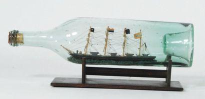 Bateau en bouteille. Quatre mâts barques...