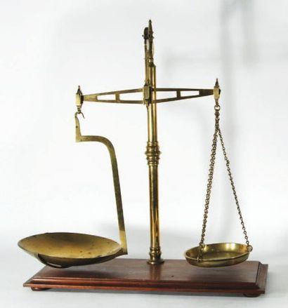 Balance romaine en bronze et laiton, plateau...