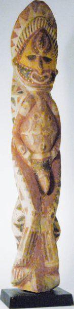 Statuette d'ancêtre en bois polychrome. Papouasie,...