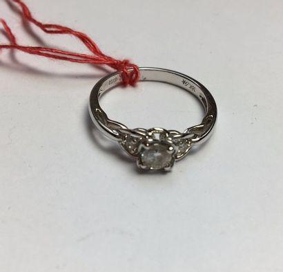 Bague en or gris 750, centrée d'un diamant...
