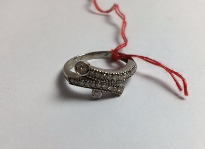 Bague enroulée en or gris 750 sertie de diamants...