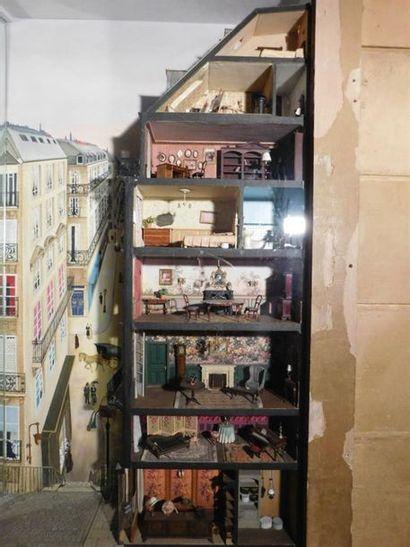 DIORAMA d'un immeuble parisien en coupe....